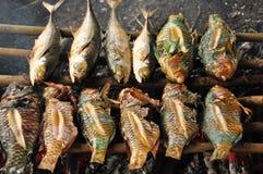 Les poissons d'un r?cif coralien ont fait frire sur le gril Java en Indon?sie image libre de droits
