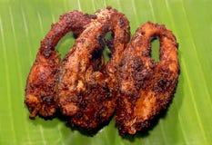 Les poissons de carpe ont fait frire des tranches sur une feuille de banane Photo libre de droits
