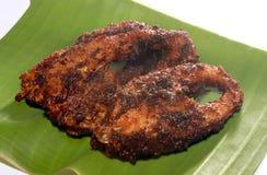 Les poissons de carpe ont fait frire des tranches sur une feuille de banane Image stock