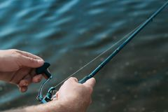 Les poissons de p?che du rivage avec un b?ton, se ferment  photographie stock