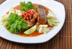Les poissons en boîte se mélangent, Yum style thaïlandais de nourriture photographie stock