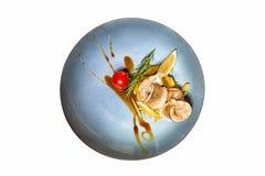 Les poissons frits avec garnissent des pommes de terre d'isolement sur le fond blanc photo stock