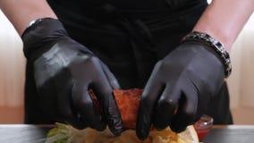 Les poissons frits menu d'aliments de préparation rapide Les mains de chef dédouble la viande laissant cuire la hausse à la vapeu banque de vidéos