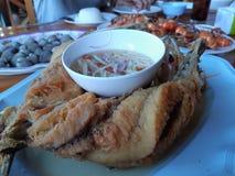 Les poissons frits pêchent des crevettes roses de sauce ont grillé la crevette sur la table photos stock