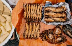 Les poissons fumés secs dans le matin local de la Thaïlande lancent un traditionnel sur le marché images stock