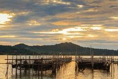 Les poissons mettent en cage au lac Songkhla dans la soirée ; Province de Sonkhla, Thaïlande Photo libre de droits