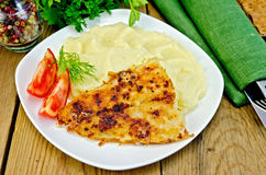 Les poissons ont fait frire avec de la purée de pommes de terre sur un conseil Images stock