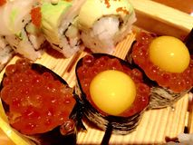 Les poissons s'enveloppent pour des sushi Images stock