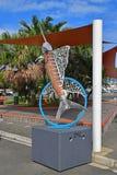 Les poissons sculptent ressembler à des espadons en dehors de marché humide de Noumea avec la couverture d'ombre et à des arbres  Image stock