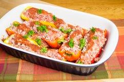 Poivrons bourrés frais dans la casserole prête à cuire Photographie stock libre de droits
