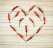 Les poivrons de piment ont formé au coeur, symbole des amants Image stock