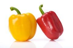 Les poivrons doux rouges et jaunes isolent le fond blanc Photos stock