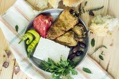 Les poivrons frits, Bulgare ont saumuré le fromage, dans une vieille plaque de métal et photos stock
