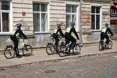 Les policiers maintiennent l'ordre sur la ville de bicyclettes photographie stock