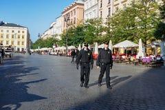 Les policiers patrouillent la ville photographie stock