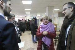 Les politiques Evgeniya Chirikova communique avec des observateurs au bureau de vote photos stock