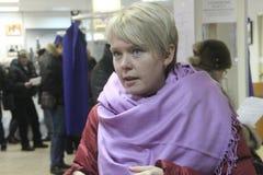 Les politiques Evgeniya Chirikova communique avec des observateurs au bureau de vote image libre de droits