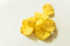 Les pommes chips sur le fond blanc, frites se ferment  Photos stock