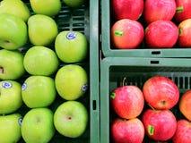 Les pommes de fruits verdissent le marché affamé naturel de magasin de mail de panier de nature fraîche rouge de santé photos stock