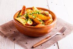 Les pommes de terre de style de Rusric ont servi avec le persil et l'ail Image libre de droits