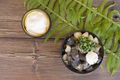Les pommes de terre frites avec le rouge répand des champignons de tremble Photo stock