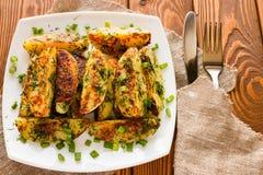 Les pommes de terre frites sur un chemin rural avec l'aneth et l'oignon sur un blanc plat Images libres de droits