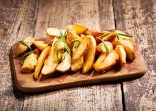 les pommes de terre ont rôti le romarin Images libres de droits
