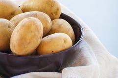 Les pommes de terre se ferment dans la cuvette Image stock