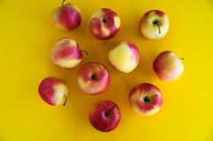 les pommes fraîches juteuses Jaune-rouges se trouvent sur un fond jaune fruit frais du jardin R?gime photo stock
