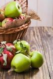 Les pommes fraîches s'approchent du panier Photographie stock libre de droits