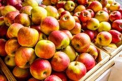 Les pommes fraîches se tiennent au marché de ville, Cracovie, Pologne Photographie stock