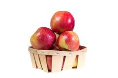 Les pommes mûres et juteuses s'étendent dans un panier Régime de vitamine pour la perte de poids Image libre de droits