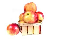 Les pommes mûres et juteuses s'étendent dans un panier Régime de vitamine pour la perte de poids Images libres de droits