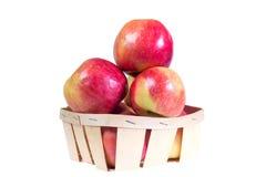 Les pommes mûres et juteuses s'étendent dans un panier Régime de vitamine pour la perte de poids Photos libres de droits