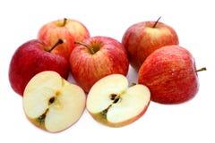 Les pommes naturelles rouges fraîches sur le blanc ont isolé le fond Photographie stock libre de droits