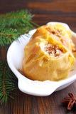 Les pommes ont fait cuire au four avec du miel et des écrous dans un plat blanc Photos libres de droits