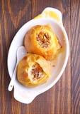 Les pommes ont fait cuire au four avec du miel et des écrous dans un plat blanc Image stock