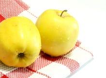 les pommes ont isolé le blanc de serviette Photos stock
