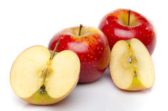 Les pommes rouges ont coupé en moitié et quart Image stock
