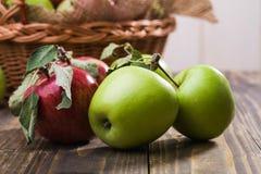 Les pommes s'approchent du panier Photographie stock