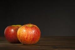Les pommes sucrent gratuit sur la table en bois images stock