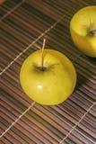 Les pommes sur une table en bois ont photographié avec la lumière naturelle photos libres de droits
