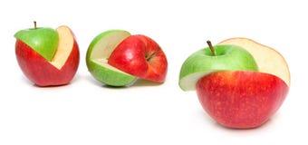 Les pommes vertes et rouges ont coupé sur une pièce Images stock