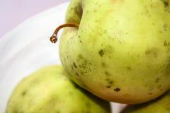 Les pommes vertes organiques du plat, se ferment  Images libres de droits
