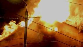 Les pompiers dirigent le courant de l'eau sur la maison brûlante bâtiment dans le plein enfer flamboyant, et un combat de sapeur- clips vidéos