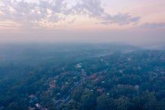 Les pompiers ruraux RFS mettent en danger des brûlures de réduction pour créer la fumée et la brume au-dessus du bassin de Sydney image libre de droits