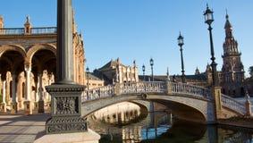 Les ponts au-dessus du canal de Plaza De Espana avec le beau ciel bleu Images stock