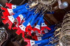 Les porte-clés de Tour Eiffel ont peint balayé dans la couleur du drapeau national Images libres de droits
