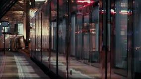 Les portes automatiques se ferment au train à grande vitesse de départ clips vidéos