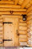 Les portes avec du fer travaillé s'articule dans la maison en bois Photographie stock